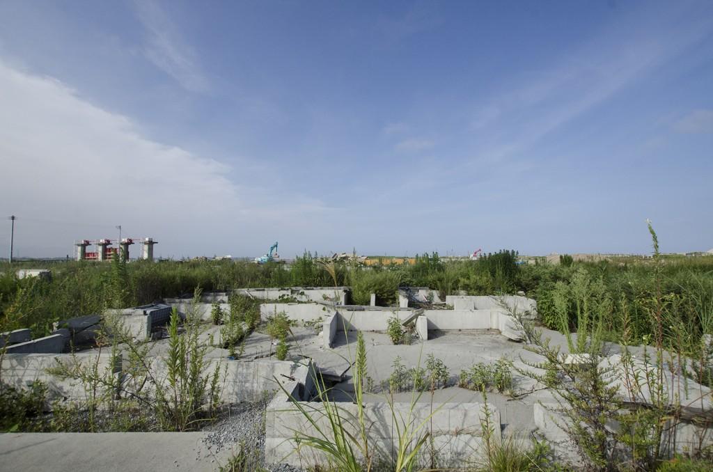 松川浦。津波被害にあった家の土台だけが残されている。