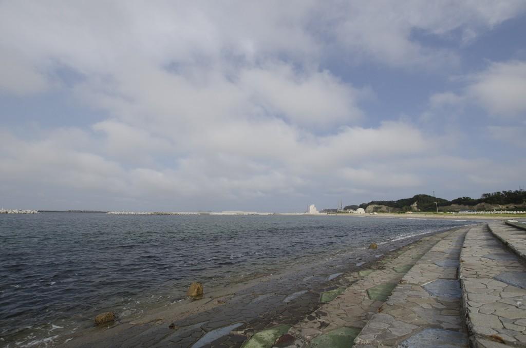 原釜・尾浜海水浴場。海岸線が変わってしまい、階段状のブロックの所まで水がくるようになったらしい。