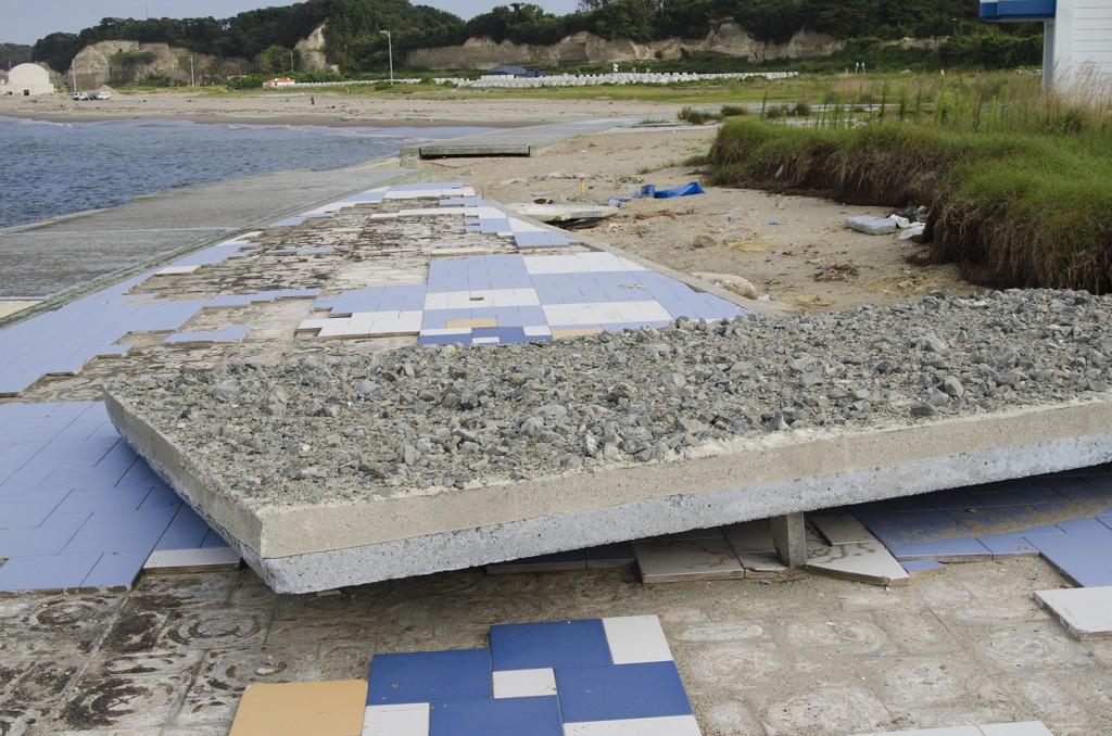 原釜・尾浜海水浴場。コンクリートのタイルがブロックごと剥がれてしまってる。本来は写真中央奥に敷かれていた。