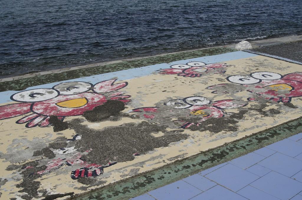 原釜・尾浜海水浴場。剥がれ落ちたイラスト。