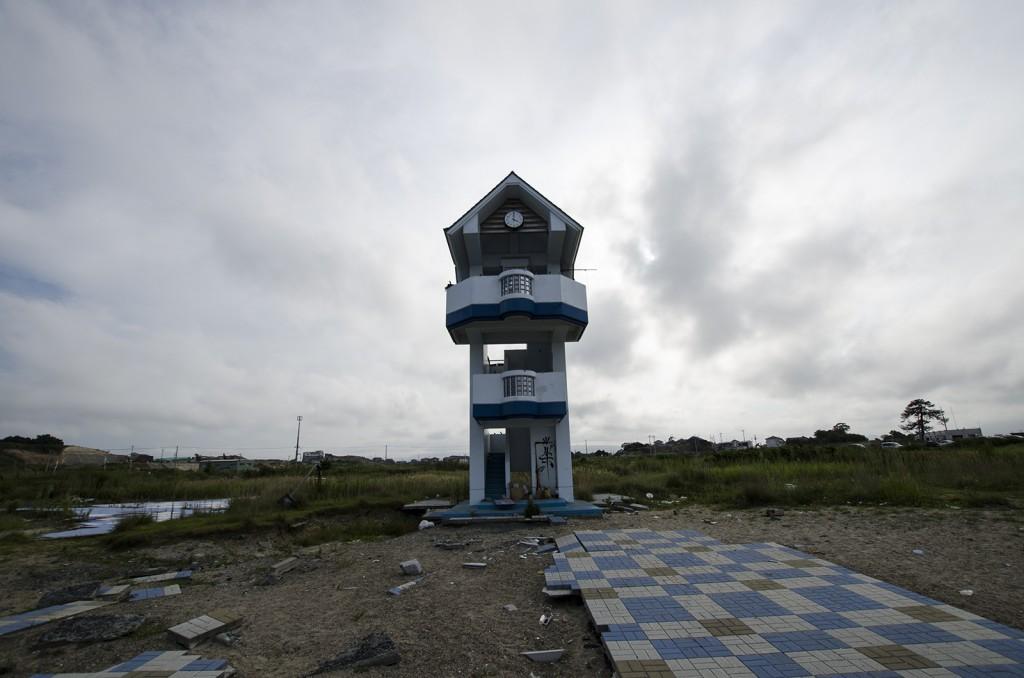 原釜・尾浜海水浴場。散乱するタイル。