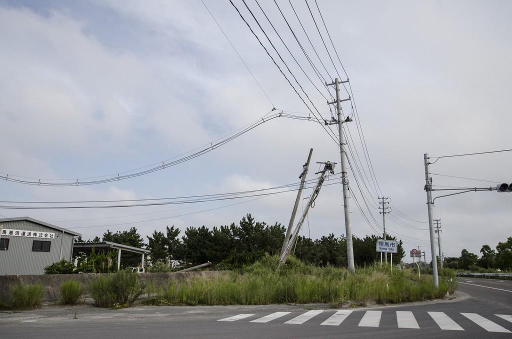 相馬市の境。斜めになった電柱がそのまま。